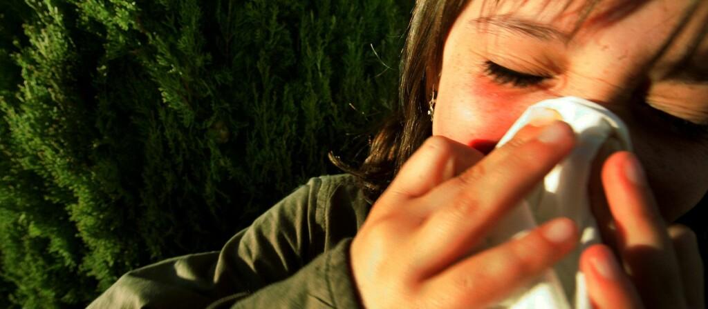 Lær barna dine å holde seg for munnen og snu seg når de hoster og nyser.  Foto: Colourbox.com