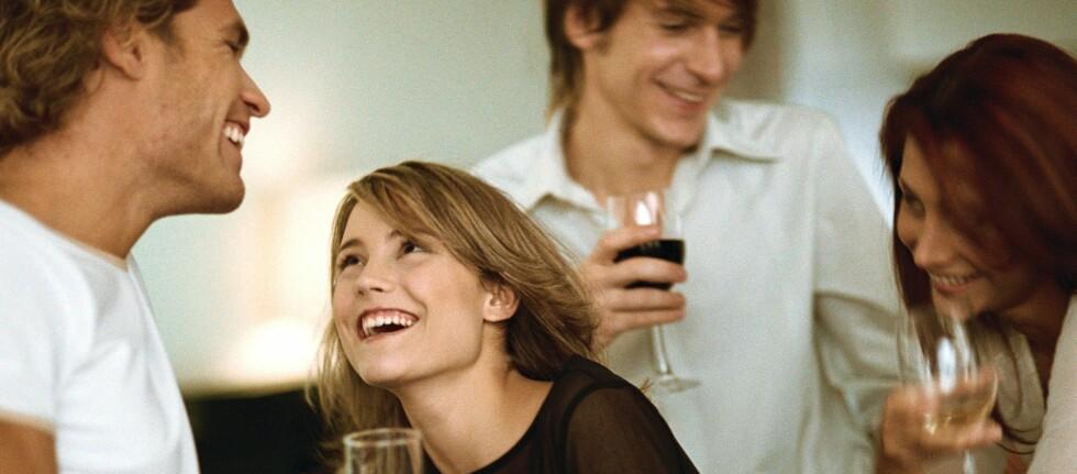 - Det er tydelig at alkohol ikke bare oppfattes som et sosialt lim, men også som en måte å oppnå sterkere og mer intime vennskap, sier forskerne. Foto: Colourbox.com