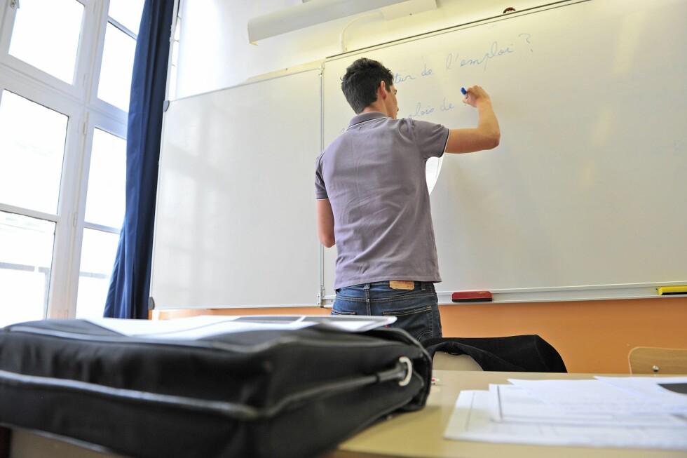 Opp, men ned: Lærerlønnen har økt, men antall studenter i lærerutdannelse faller.