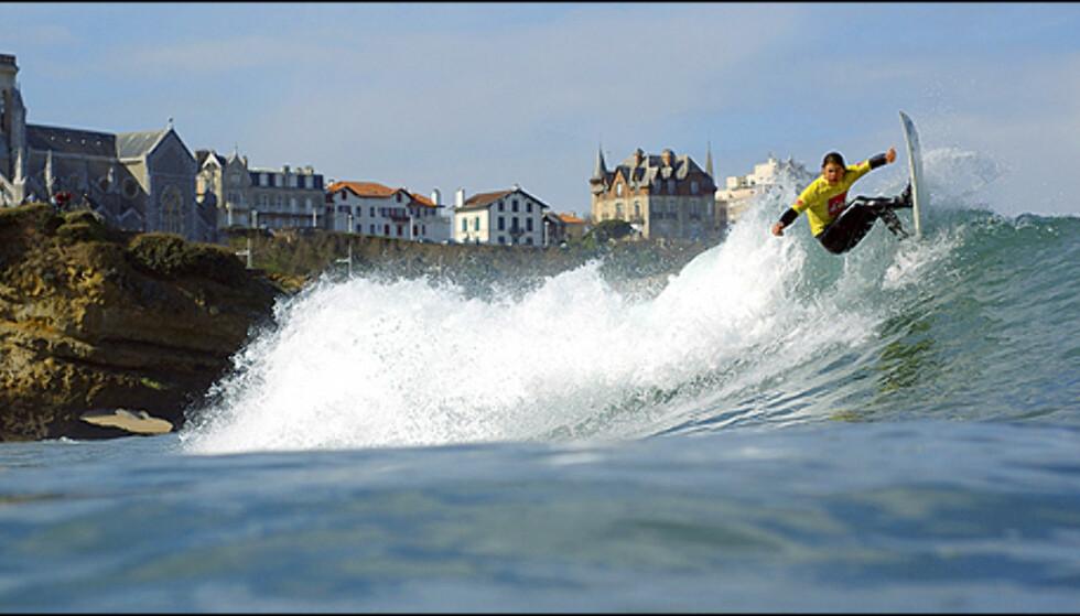 Surfing på Grande Plage. Hottere surfeviber finner du ingen andre steder Europa.