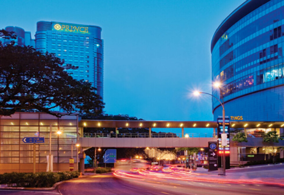 Eksteriøret til hotellet er ikke så spennende (hotellet ligger til venstre i bildet), men innvendig er det absolutt fint. Foto: Prince Hotel & Residence Kuala