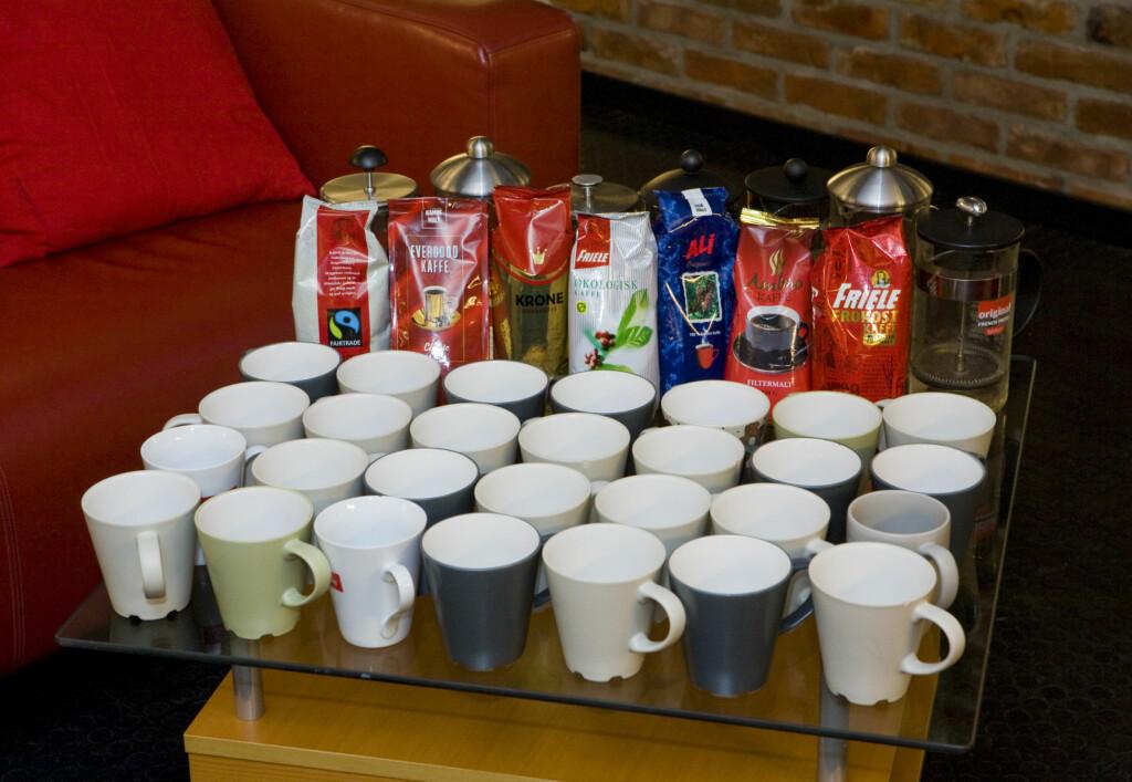 Testriggen: Syv kaffeposer, syv presskanner, 28 kopper.