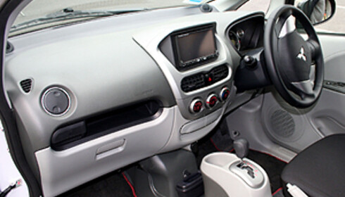 Spartansk - ikke-komplisert interiør: Mitsubishi i-MiEV. Foto: Knut Moberg