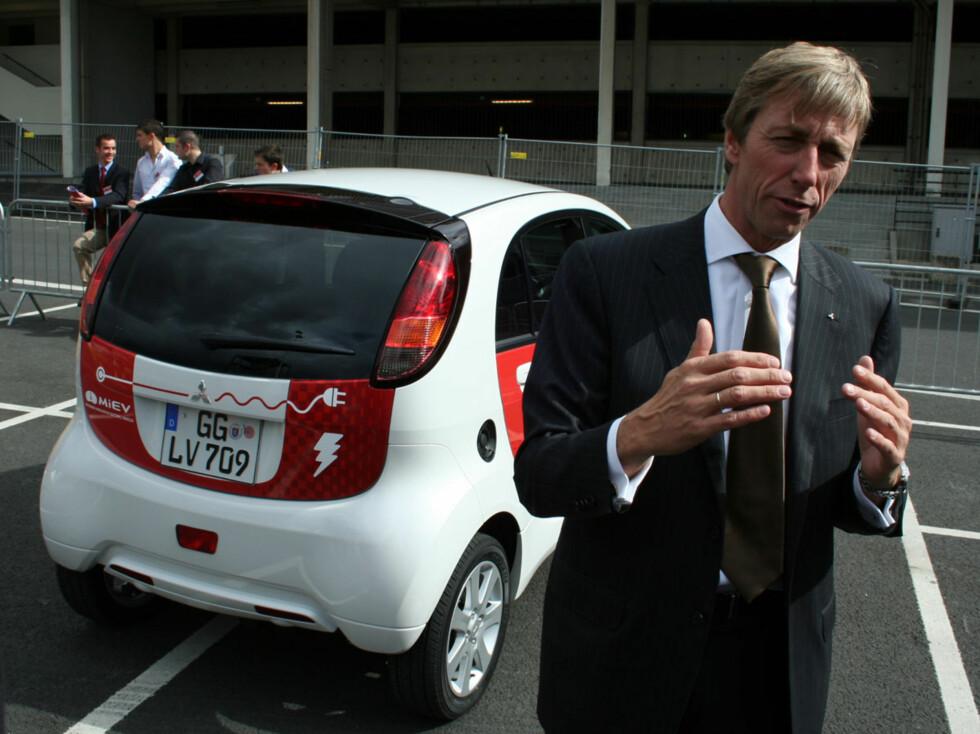 Mitsubishi Norge-sjef Bernt Jessen foran el-bilen Foto: Knut Moberg