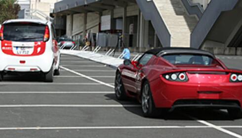 Her ser vi Mitsubishi i-MiEV foran den elektriske sportsbilen Tesla som er i produksjon og som akselererer som en Porsche (minst). Begge er el-biler DinSide har prøvekjørt og som langt på vei har overbevist oss om at strøm er en viktig del av bilismens fremtid. Foto: Knut Moberg
