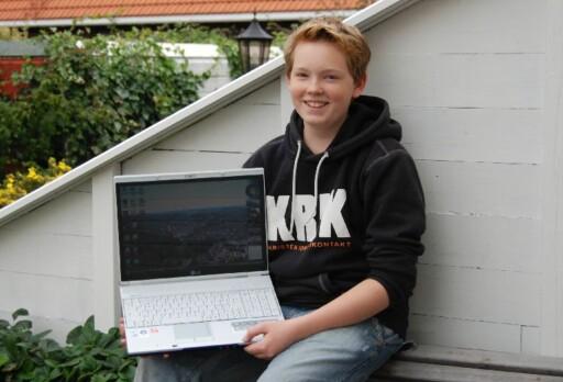 Adrian (15) fikk to PC-er etter å ha vært i kontakt med DinSide. Foto: Privat