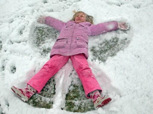 Ligg i snøen og lag engler. Det er god trening for skulder og ben (Foto: Colourbox).