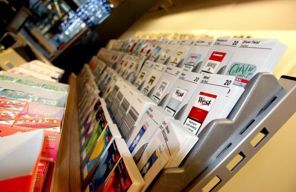 Hvor er prisen på disse kortene? Alle butikker plikter å opplyse om prisene på samtlige varer. Foto: Kim Jansson