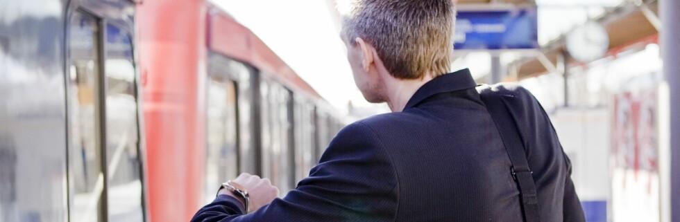 Toget er fortsatt forsinket, men nå kan det hende du får billigere billett. Foto: Colourbox.com