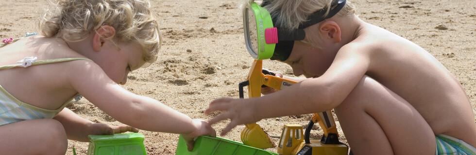 Ferier ved kysten, med mye naken hud og sleksponering, kan være risikabelt for barna dine. Foto: Colourbox