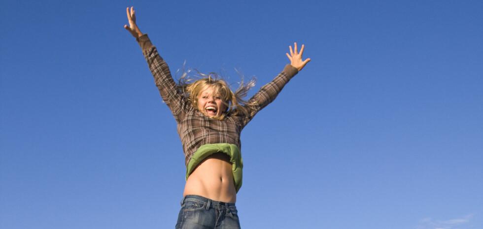 Både latter og lett bevegelse kan bidra til å holde forbrenningen oppe. Foto: Colourbox