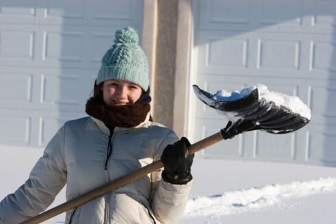 Jobben med å fjerne snø er langt enklere når det er kaldt, enn når den begynner å smelte.  Foto: ISTOCKPHOTO.COM