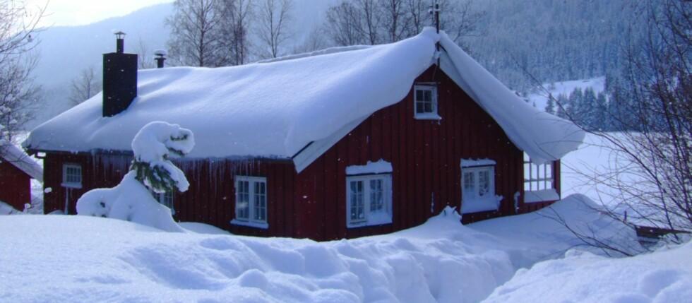 Har du et hus som er bygget før 1999 må du passe spesielt på å måke snø av taket. Foto: Colourbox.com