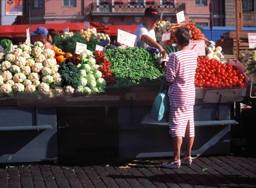Sammenlign prisene hos den lokale grønnsakshandleren vs. supermarkedet, og sjekk mulighetene for å handle større kvanta hos bønder. Foto: Colourbox