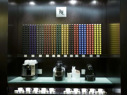 Nespressokapslene fås i 12 faste smaksvarianter, samt et par ulike limited edition-smaksvarianter hvert år. Her ser du Latissima-maskinen (5.500 kroner) til venstre og Essenza-maskinen (Modellen på bildet er hakket dyrere enn den vi har brukt i artikkelen, 1.900 kroner) til høyre.  Foto: Produsenten