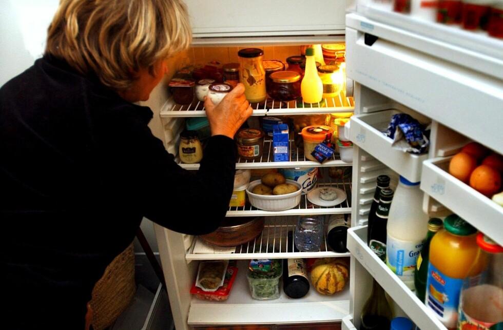 Setter du det sunne forrest i kjøleskapet, velger du ubevisst dette, og styrer unna kakerestene nederst, sier lege. Foto: Colourbox