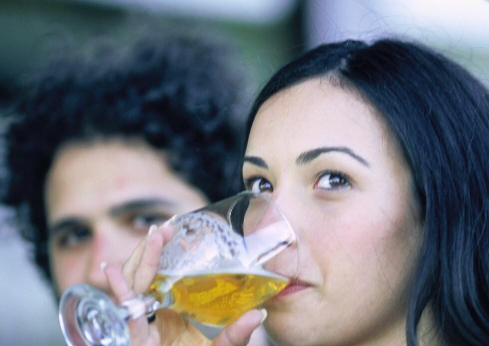 Du får i deg færre kalorier om du drikker pils fremfor juice ... Foto: Colourbox