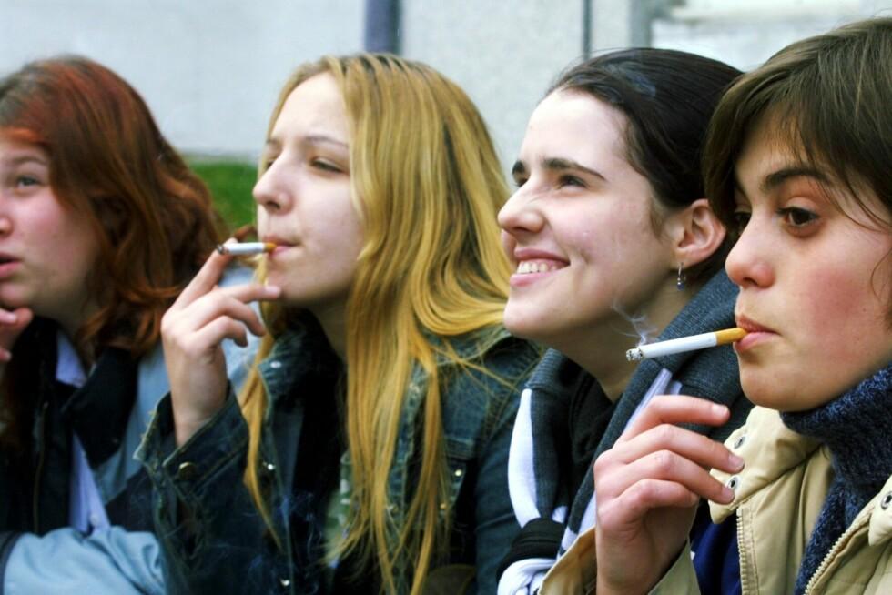 Helsedirektoratet og Legeforeningen vil hindre at ungdom begynner å røyke. Foto: Colourbox