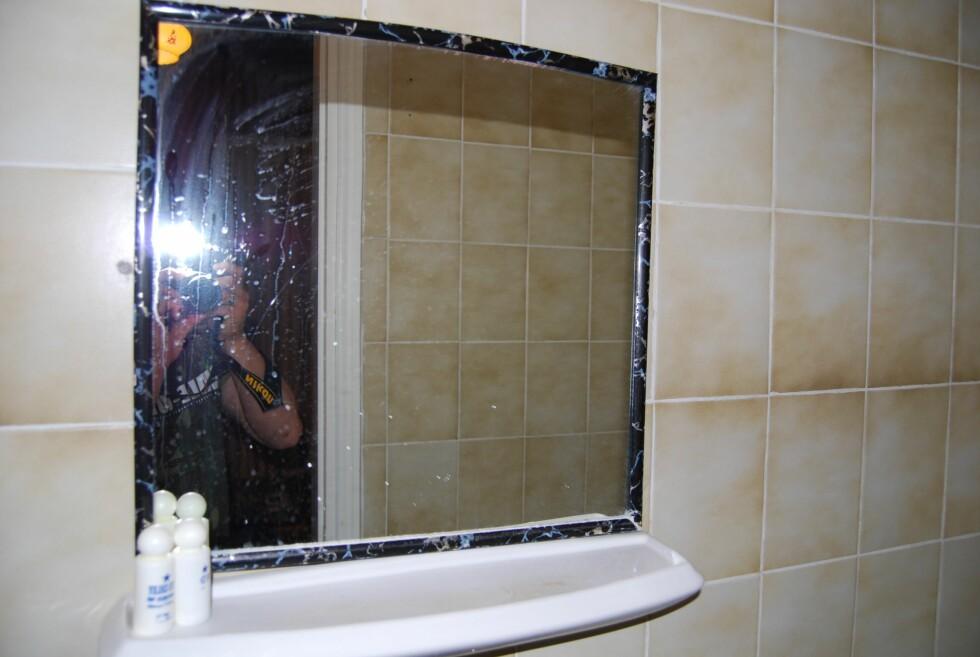 Speilet på badet er tydelig skittent. Foto: Henning Svendsen