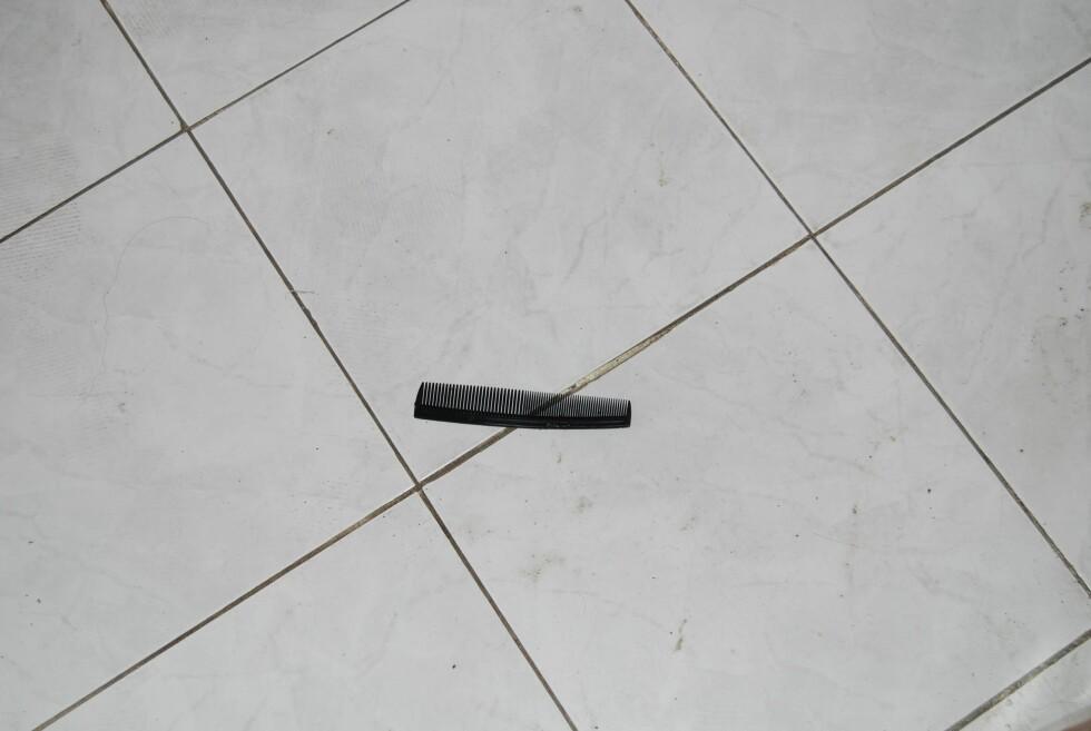 Noen har glemt igjen en kam på gulvet.  Foto: Henning Svendsen