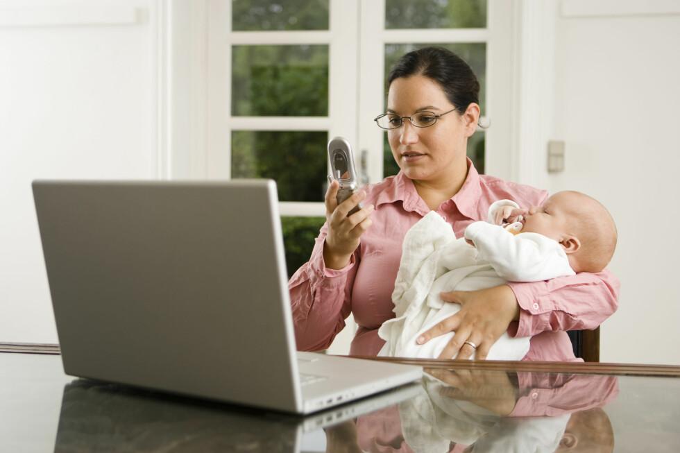 Kvinner må prestere ekstra for å nå opp på karrierestigen, og har samtidig hovedansvaret for barn og hjem, sier stressforsker. Foto: Colourbox