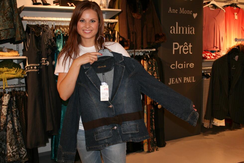 Anya Morrell, kategoriansvarlig ved dameavdelingen hos Outlet One, viser frem en jakke fra Claire. Foto: Kristin Sørdal