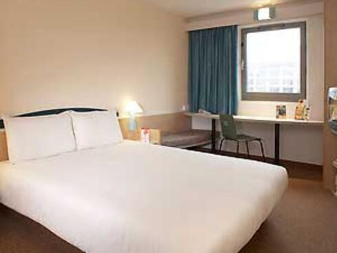 Dette er bilde fra Ibils hotel fra hotellets egen nettside. Vi får håpe det er slike hotellrom gjestene møter her i fremtiden.  Foto: Ibis hotel