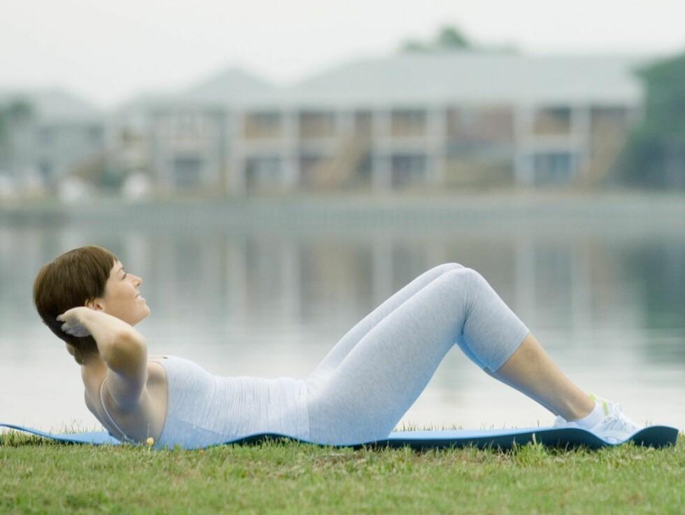 Situps gjør ikke magen flatere ... Foto: Colourbox