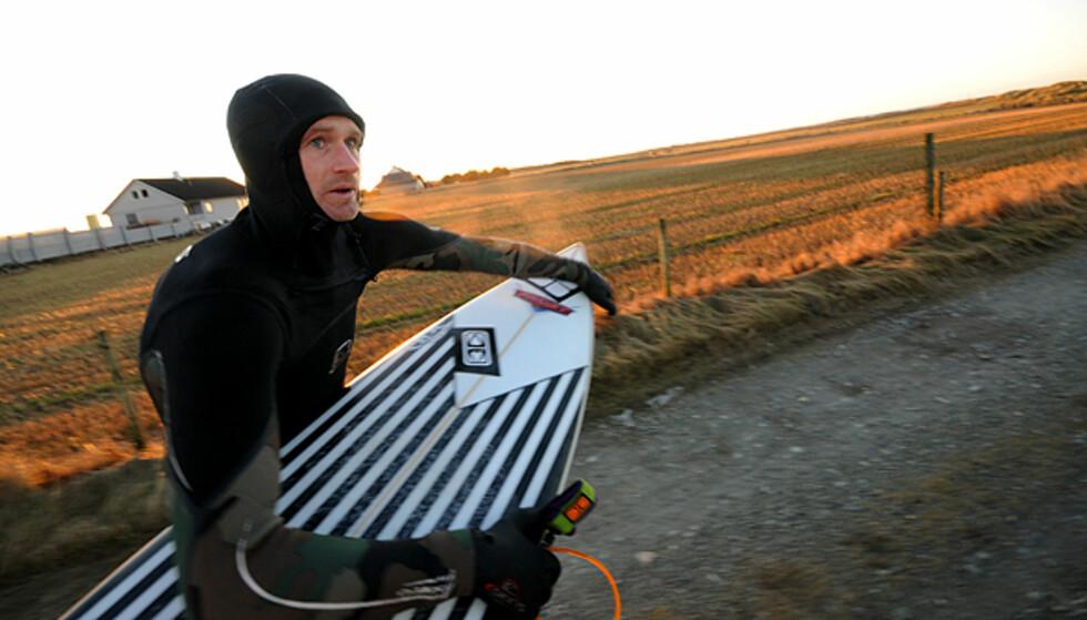 Jonas Paulsen på vei ut i bølgene.  Foto: Hans Kristian Krogh-Hanssen