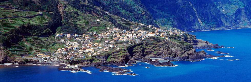 Madeiras landsbyer klatrer oppover bratte heng. Denne landsbyen heter Seixal, og ligger på nordsiden av øya. Foto: Madeira Tourism