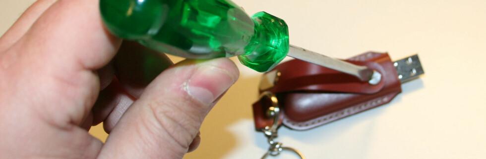En skrue går tvers gjennom pluggen, og holder den på plass i skinneutiet.