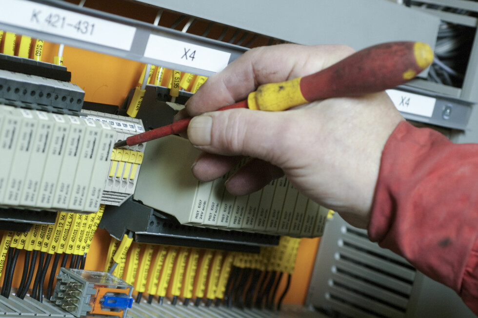 Det er fem prosent flere med inntekt over 800.000 som flikker på el-installasjoner, enn dem som tjener under 400.000 kroner i året.  Foto: Colourbox.com