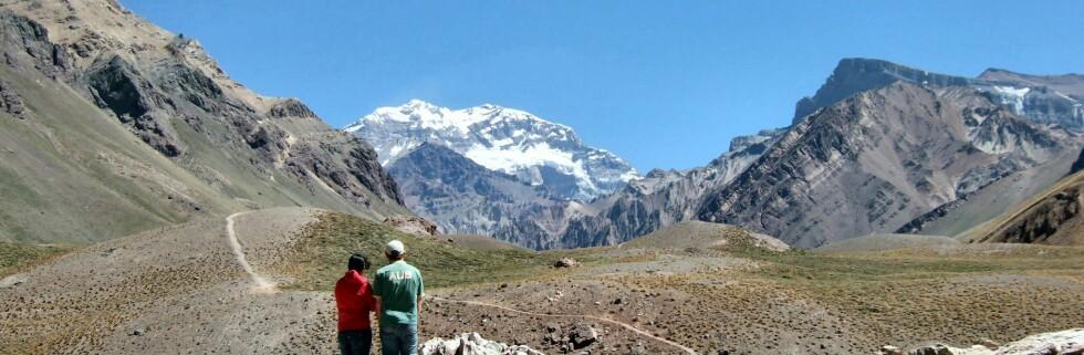 Langs Ruta 7 starter en av rutene opp til Aconcagua, Sør-Amerikas høyeste fjell, som du ser i bakgrunnen. Fjellet er 6.962 meter høyt. Foto: Stine Okkelmo