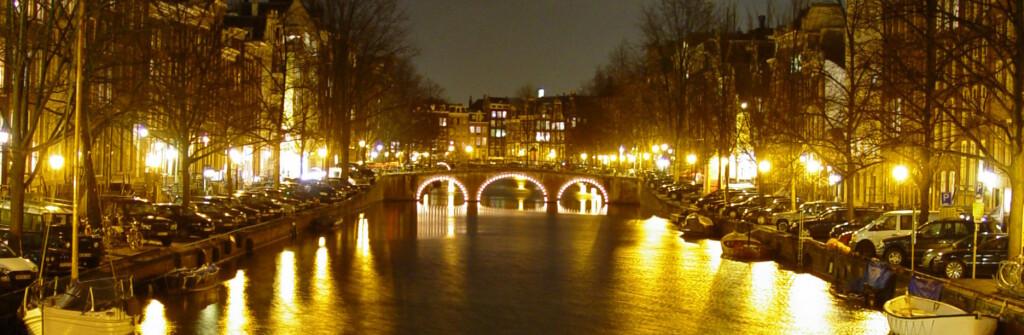 Amsterdam er en av Europas mest besøkte storbyer. Mange kommer nettopp for å se red light district og besøke en coffee shop. Foto: Colourbox