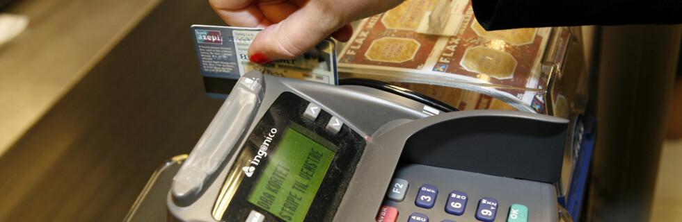 Dra kortet, eller tenk deg nøye om. Julehandel på kreditt er ikke en lønnsom affære. Foto: Per Ervland