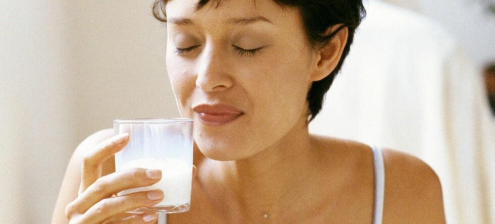 Et glass melk før sengetid skal være søvnfremmende. Foto: Colourbox