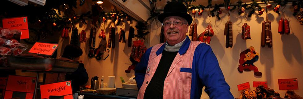 På julemarked finner du de fineste julegavene - som hos denne pølsemakeren i Tivoli i København. Foto: Hans Kristian Krogh-Hanssen