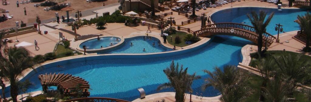 Stort pluss for hotellets flotte bassengområde - og stranden like bak. Foto: Nizar Mabroukeh
