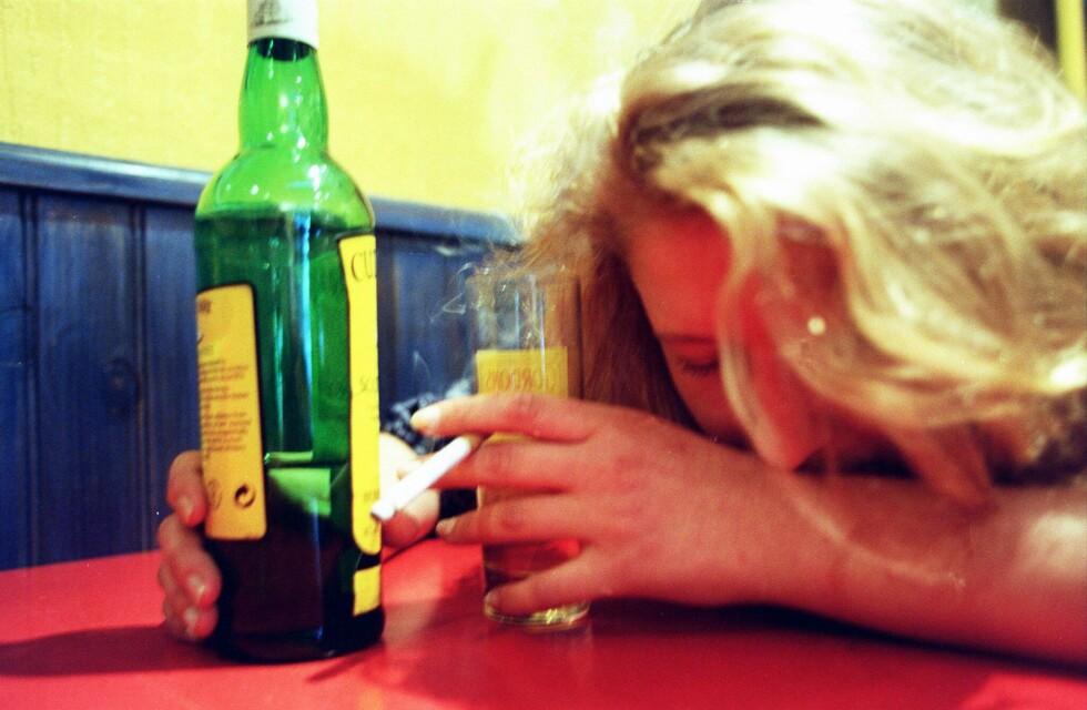 Dette er like ille som dop, ifølge britisk professor. Han vil ha tobakk og alkohol inn på listen med illegale stoffer. Foto: Colourbox