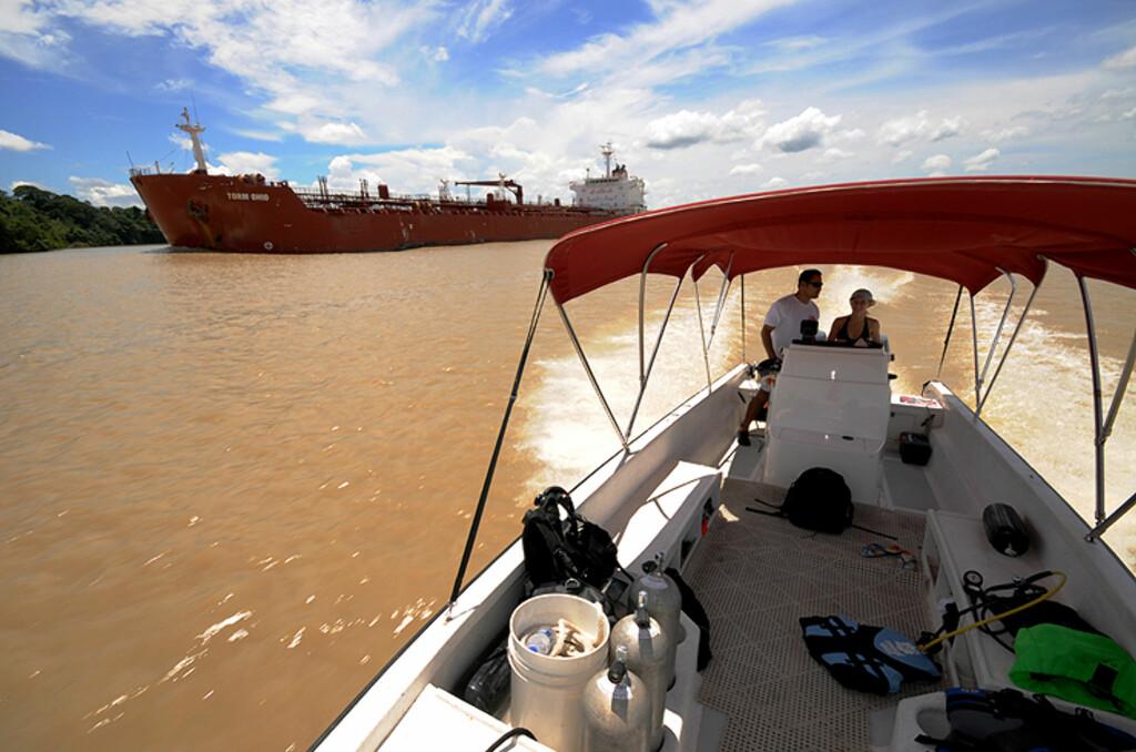Det er en opplevelse i seg selv å cruise mellom kjempeskipene i kanalen.  Foto: Hans Kristian Krogh-Hanssen