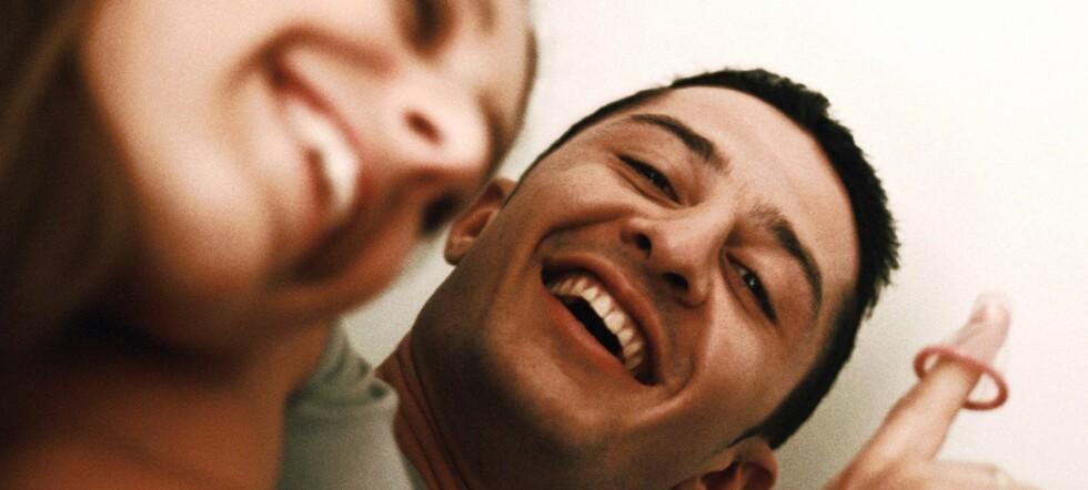 Kun en av tre i alderen 35 til 44 år, bruker kondom ved første seksuelle møte. Eldre menn i forhold med yngre kvinner er spesielt slappe med kondombruken ... Foto: Colourbox