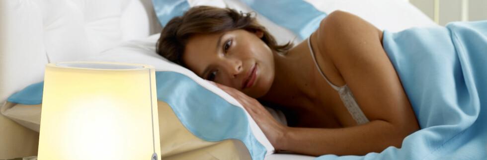 Kunstig morgendemring skal gjøre det lettere å komme seg opp av sengen. En halvtime før du skal stå opp øker styrken i lampen gradvis og gir på den måten hjernen signal om at det snart er på tide å stå opp.  Foto: Philips