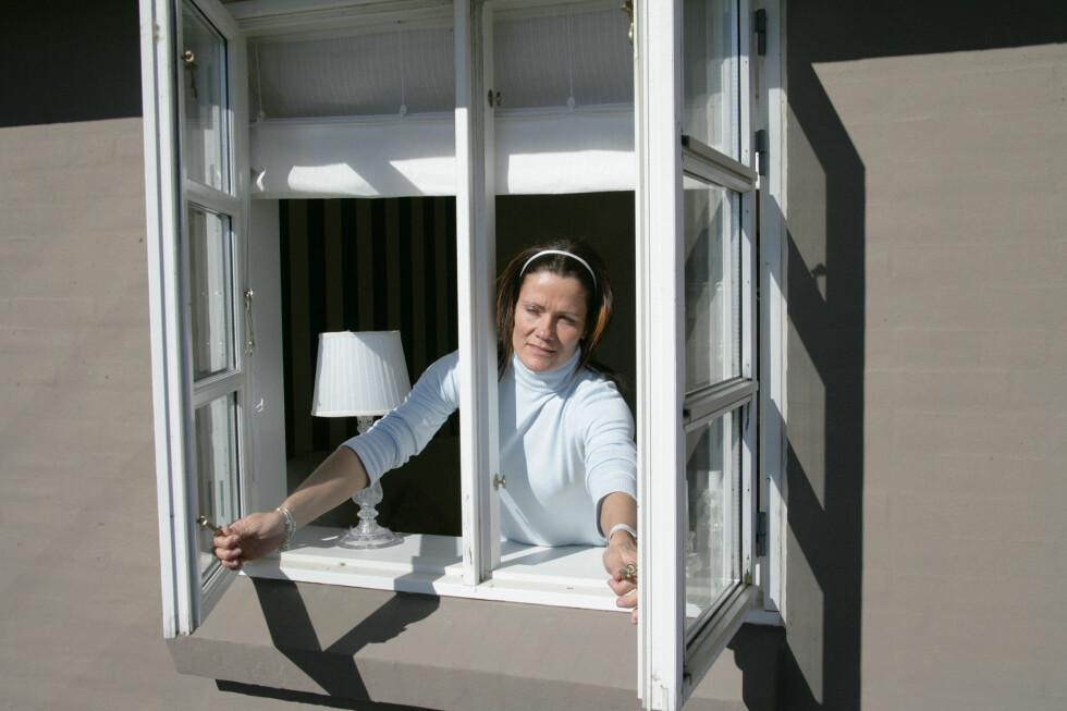 Har du en liftgardin av typen Iris eller Alvine fra Ikea, bes du ta kontakt med varehuset for å få reparasjonssett. Se store bilder av disse gardinene nede i artikkelen. Foto: Colourbox.com