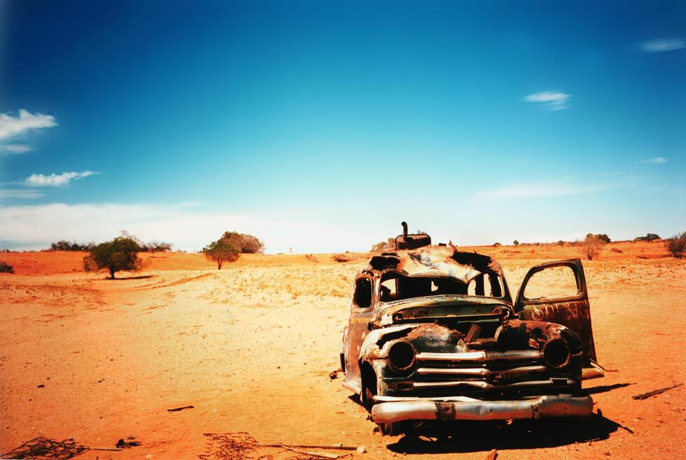 En forlatt bil ved kanten av Simpson-ørkenen. Området som nå blir stengt for turister på grunn av ekstrem varme.  Foto: sxc.hu