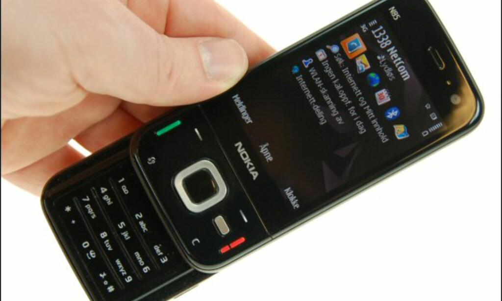 Fronten har en overflate i sort blank plast som lett tiltrekker seg fingermerker.