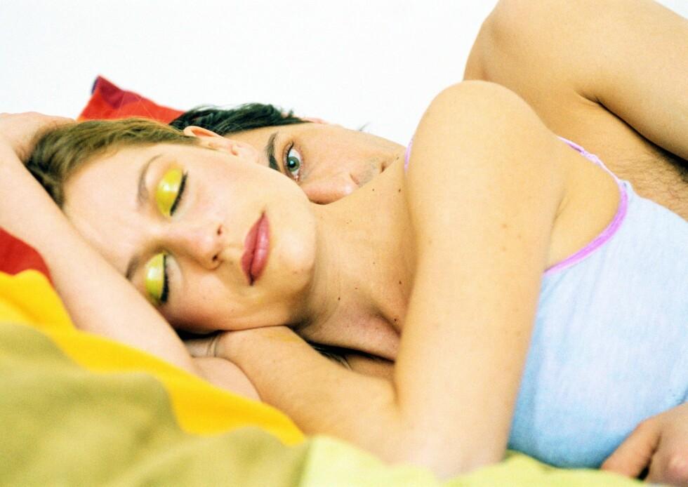 Kvinnene forklarer mindre sex med at de er trøtte hele tiden, mens mannfolkene sier grunnen er at partneren virker uinteressert ...      Foto: Colourbox