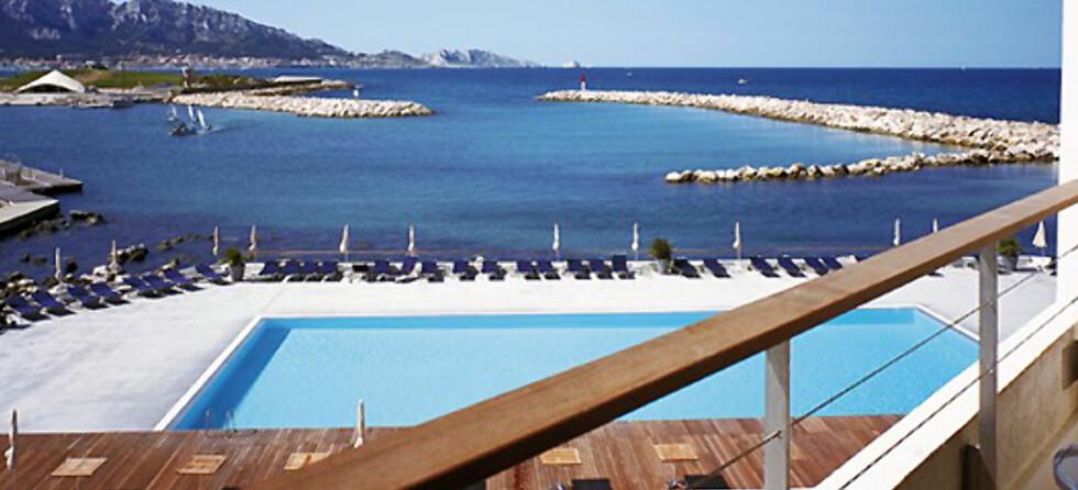 Utsikt fra et av soverommene. Alle de 160 rommene har balkong og utsikt mot havet. Foto: Accor Hotels