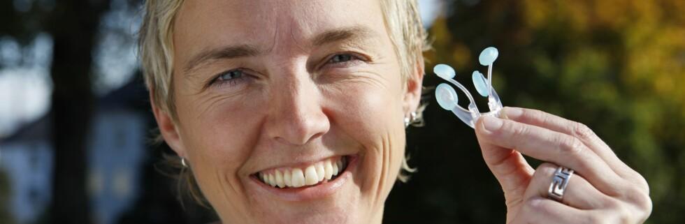Turid Bergersen lanserer nesebøylen AcuFriend, som skal være effektiv mot hodepine.  Foto: AcuFriend