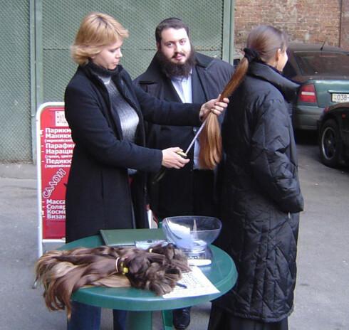 I Russland skjer salg og kjøp av hår i større omfang. Selskapet Natural European Hair søker etter mulige hårselgere via store postere, og betaler etter hårlengde og vekt. Foto: Natural European Hair
