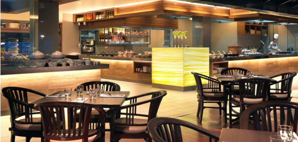 Restauranten er ganske nyoppusset. Det er fri sikt inn til kjøkkenet. Foto: Hyatt Regency Kuantan